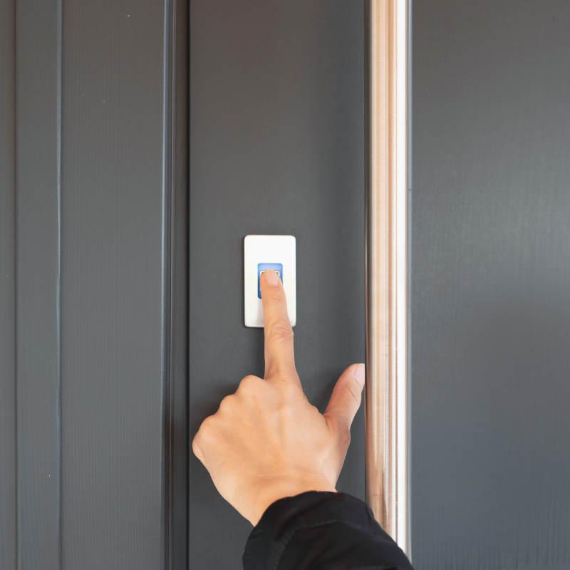Czytnik ekey dLine zamontowany w drzwiach aluminiowych