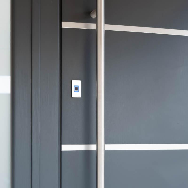 Czytnik ekey dLine w drzwiach aluminiowych