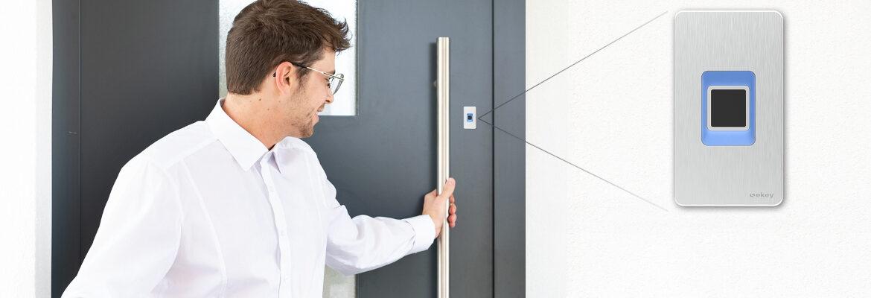 Czytnik ekey dLine zamontowany w drzwiach